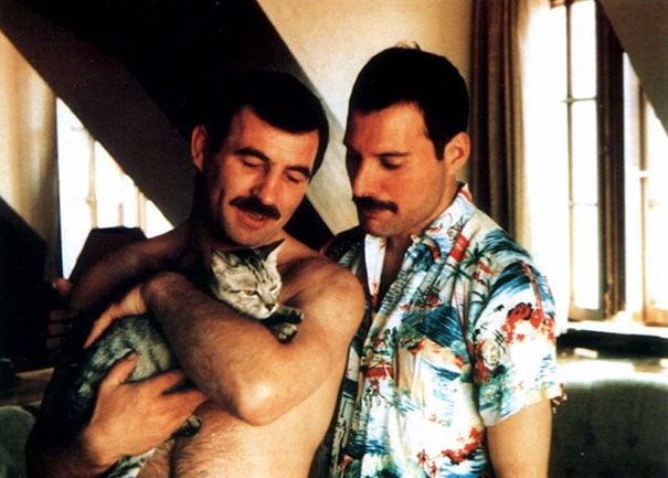Jim Hutton e Freddie Mercury col gatto Dorothy - 1986 (losangelesdream.com)