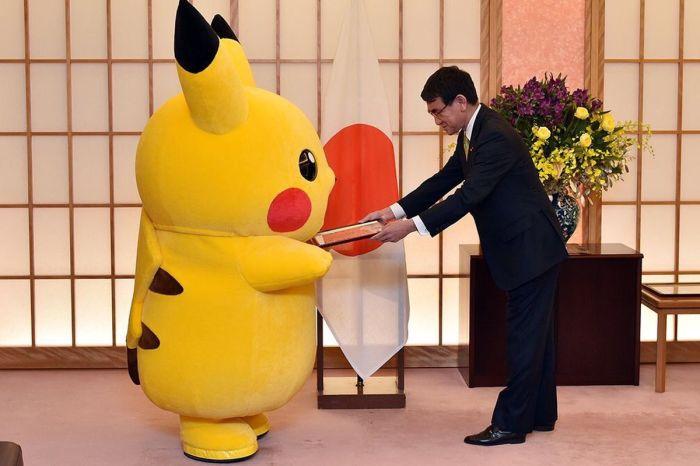 Pikachu e il ministro Kono Taro