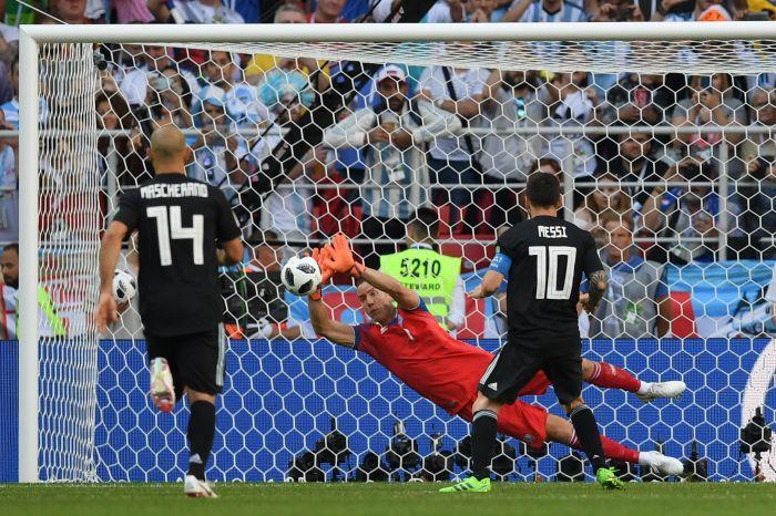 Hannes Haldorsson neutralizza il rigore a Lionel Messi