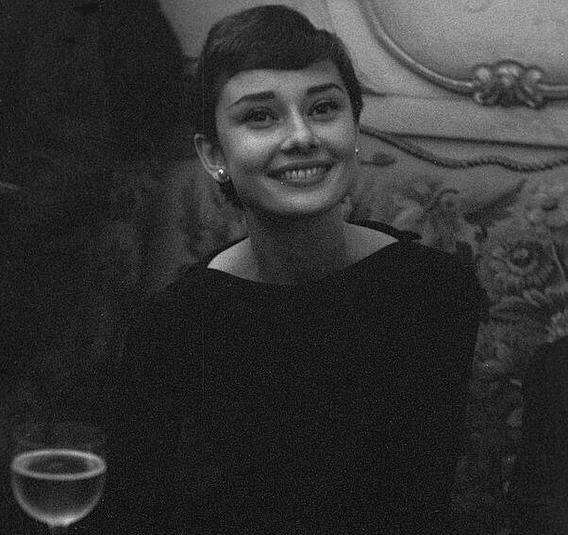 Audrey Hepburn - 1955 (Velvet Coke/Instagram)