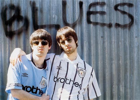 Liam e Noel Gallagher con la maglia del Manchester City (Getty Images)